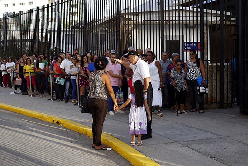 Aspiring immigrants to the United States wait in line in the Cuban capital outside the U.S. embassy, which was reopened this year after the two countries re-established diplomatic ties. Photo credit: Jorge Luis Baños/IPS.