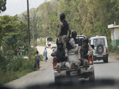 Haitian police officers prevent other vehicles from overtaking a UN convoy. (CMC photo).