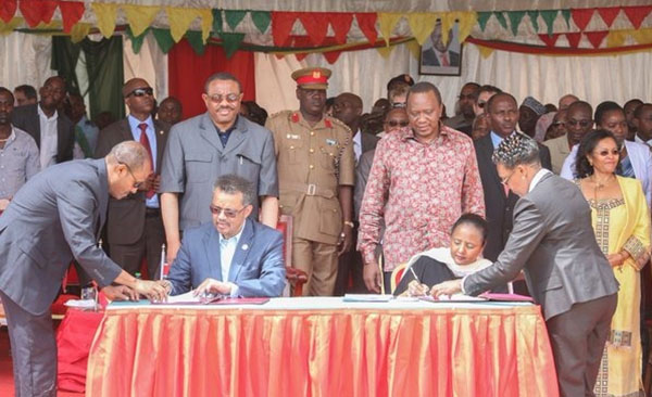 President Uhuru Kenyatta and Ethiopian Prime Minister Hailemariam Desalegn witness as former Foreign Minister Ethiopia, Tedros Adhanom and Foreign Minister Kenya, Amb Amina Mohamed sign an MOU to create jobs, reduce poverty and foster trade in their restive borderlands, where conflict had intensified in recent years. Photo credit: UN Kenya.