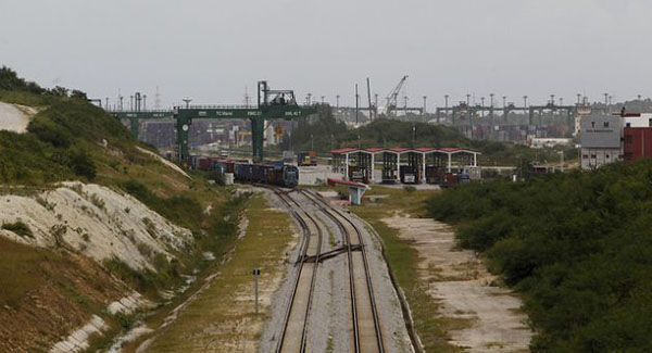 The railway line that transports containers from and to the Mariel Special Development Zone, in the western province of Artemisa, 45 km from the Cuban capital. Photo credit: Jorge Luis Baños/IPS.