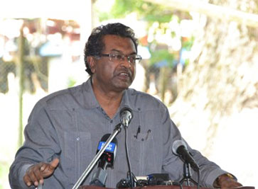 Minister of Public Security, Khemraj Ramjattan, speaks to sugar cane workers. Photo credit: GINA.