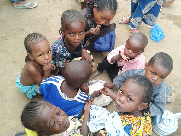 Child refugees from Central African Republic in Cameroon's eastern border town of Garoua-Boula share a plate of rice. Photo credit: IPS.