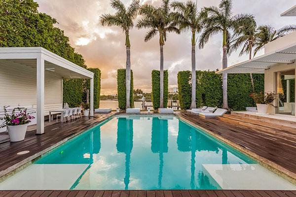 Shakira -- pool
