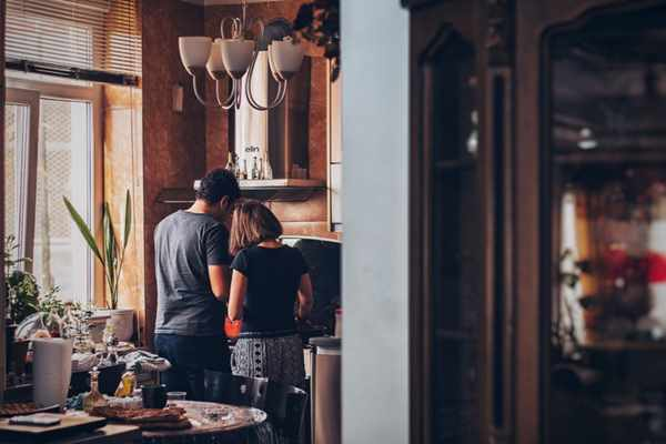 Doing the dishes, laundry, ironing, cooking, feeding the baby are not solely the wife's job, but also the responsibility of the husband. Photo credit: Soroush Karimi/Unsplash.