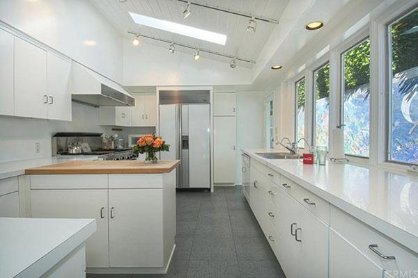 Warren Buffet Beach Deal -- kitchen
