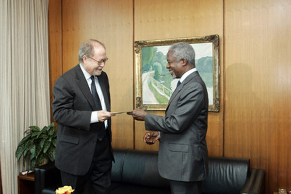 Miles Stoby (left), former Permanent Observer for the Caribbean Community (CARICOM) to the United Nations, presents his credentials to then-Secretary-General, Kofi Annan, at UN Headquarters, on October 5, 2005.