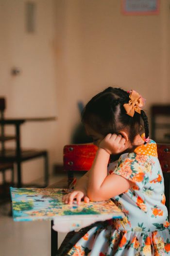There is a clear link between early DLD and performance on school tests and in interaction with peers. Photo credit: Pexels/Ian Panelo.